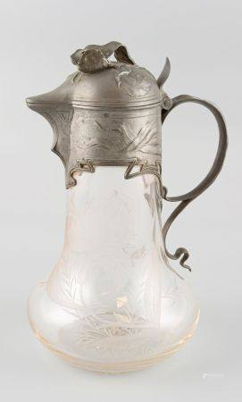 Carafe en cristal taillé, la monture en etain. De style Art Déco. Haut 28cm.