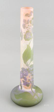 GALLE. Vase tubulaire en pâte de verre à décor dégagé à l'acide. Signature japonisante. Haut