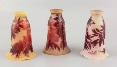 GALLE. Trois tulipes en pâte de verre à décor dégagé à l'acide de motifs floraux. Haut 16,5c