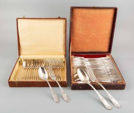 Partie de service de table en métal argenté comprenant 12 couverts de table et 12 couverts à en