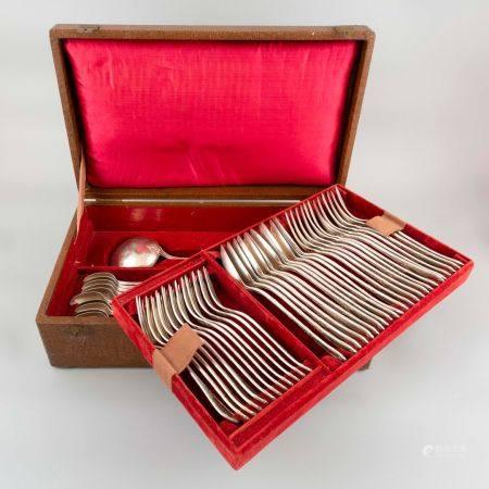 Partie de ménagère en métal argenté comprenant 12 couverts de table, 12 couverts à entremets, 1