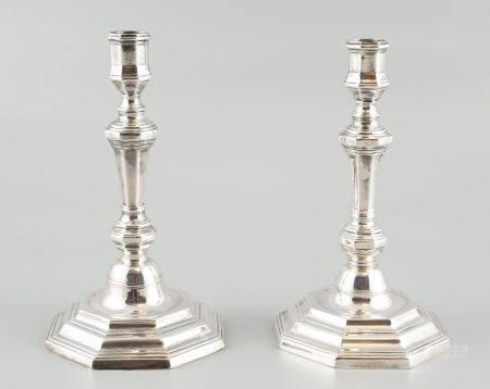 Paire de bougeoirs en métal argenté, modèle Louis XIV. Haut 23,5cm.