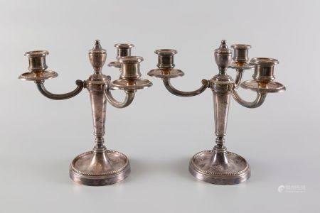 Paire de candélabres à trois lumières en métal argenté. Haut 23cm.