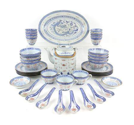 Extensive 20th century Chinese dinner service, decorated with a dragon chasing the flaming pearl,