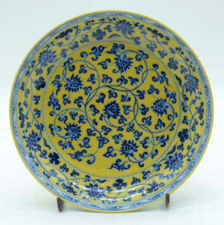 A Chinese yellow ground dish decorated with foliage 23cm.