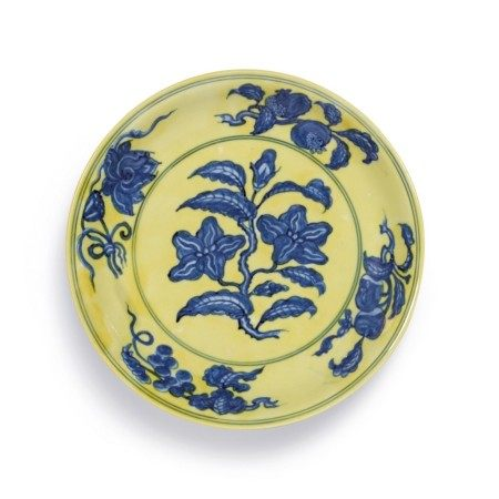 An extremely fine and rare yellow-ground and underglaze-blue dish Mark and period of Hongzhi | 明弘治 黄地青花梔子花紋盤 《大明弘治年製》款