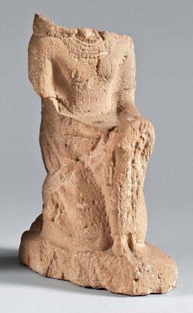 Statuette représentant un personnage maophore agenouillé.Calcaire.Égypte, Basse Époque.(Lacunes