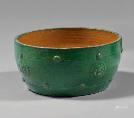 Vasque en grès émaillé vert à décor en relief de masques de chimères.Diamètre : 21 cm