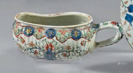 Bourdaloue en porcelaine décorée en bleu sous couverte et émaux polychromes de fls de lys et