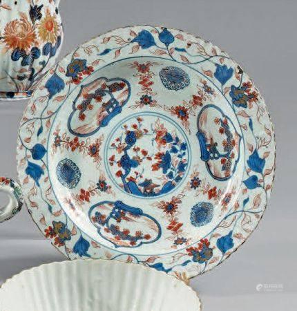 Bol à bord évasé et son présentoir lobé en porcelaine décorée en bleu sous couverte, rouge de f