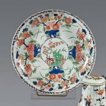 Coupe en porcelaine décorée en bleu sous couverte, rouge de fer et émail or dit «Imari» de quat