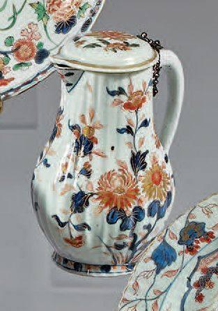 Verseuse couverte en porcelaine décorée en bleu sous couverte, rouge de fer et émail or dit «Im