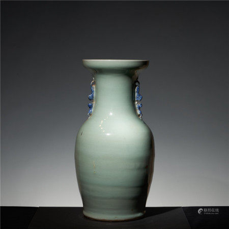 In the middle of qing dynasty, a pile of white flower lion ear bottle with bean green