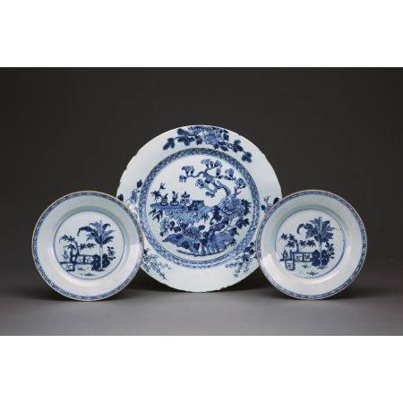 PAIRE D'ASSIETTES ET UN PLAT en porcelaine et émaux bleu sous couverte