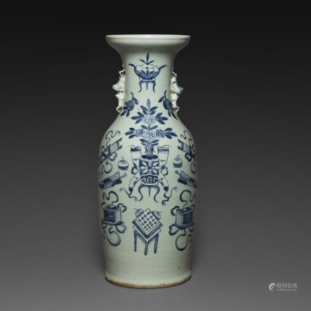 GRAND VASE GUANYIN en porcelaine et émaux bleu sous couverte sur fond céladon à décor d'objets mobiliers et vases fleuris