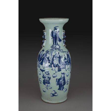 GRAND VASE GUANYIN  en porcelaine et émaux bleu sous couverte sur fond céladon