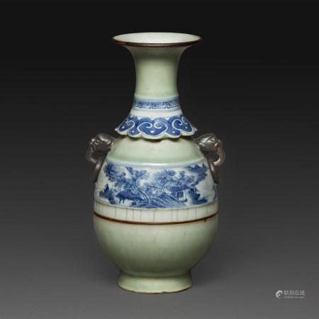 PETIT VASE en porcelaine à fond céladon et décor en bleu sur fond blanc d'un paysage lacustre sur la panse piriforme et d'une collerette de ruyi à la base du col