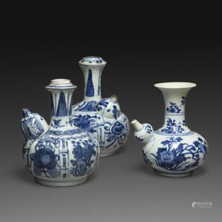 SUITE DE TROIS VASES KENDI en porcelaine bleu-blanc