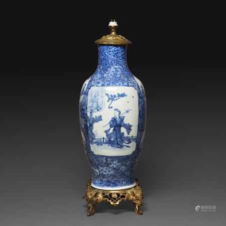 LAMPE À POSER FORMÉE D'UN VASE GUANYIN en porcelaine blanc bleu