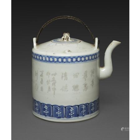 THÉIÈREen porcelaine et émaux en bleu et grisaille