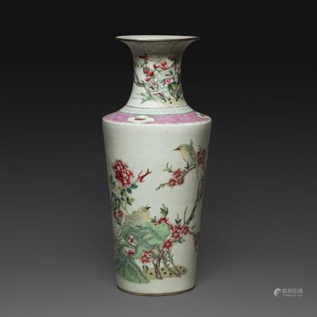 VASE BALUSTRE en porcelaine et émaux polychromes dans le style de la famille rose