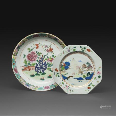 SUITE DE DEUX PLATS en porcelaine et émaux polychromes de la famille rose