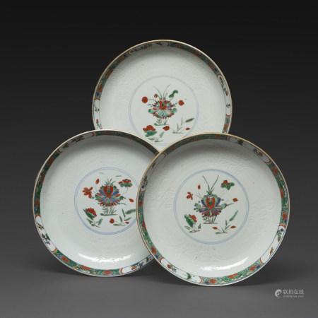 SUITE DE TROIS ASSIETTES CREUSESen porcelaine