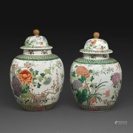 PAIRE DE GRANDES POTICHES COUVERTESen porcelaine et émaux polychromes dans le style de la famille verte