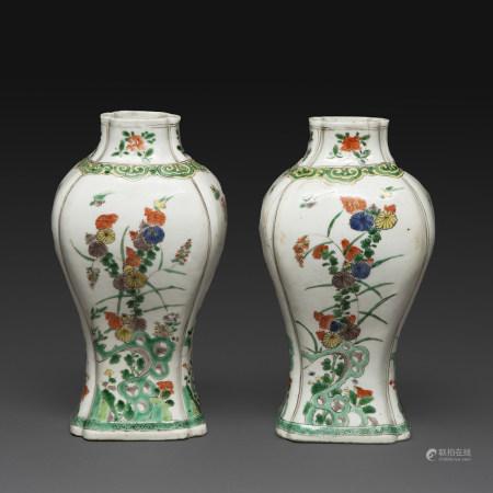 PAIRE DE VASES BALUSTRES en porcelaine et émaux polychromes de la famille verte