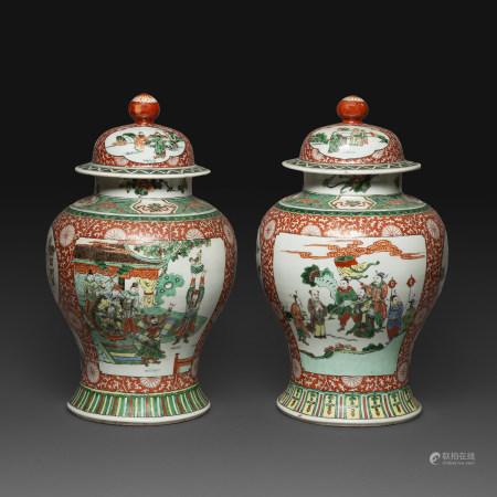 PAIRE DE POTICHES COUVERTES en porcelaine et émaux polychromes dans le style de la famille verte