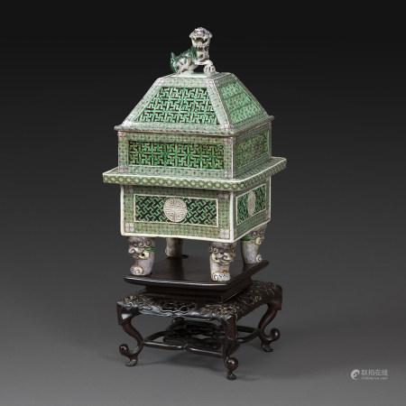 GRAND BRÛLE-PARFUM COUVERTen porcelaine et émaux polychromes dans le style de la famille verte