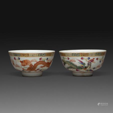 PAIRE DE COUPES en porcelaine et émaux polychromes dans le style de la famille rose