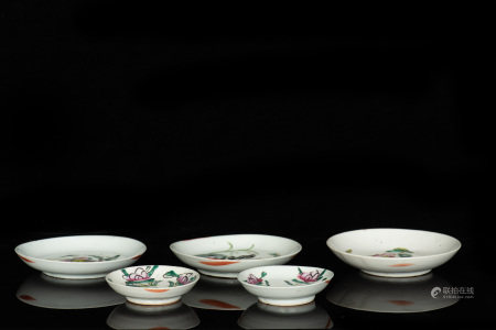 GROUP OF FIVE FAMILLE ROSE DISHES