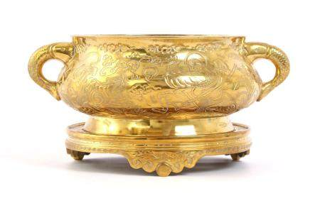 Chinese brass richly decorated incense pot on a plateau, total 12 cm high, 24 cm wide