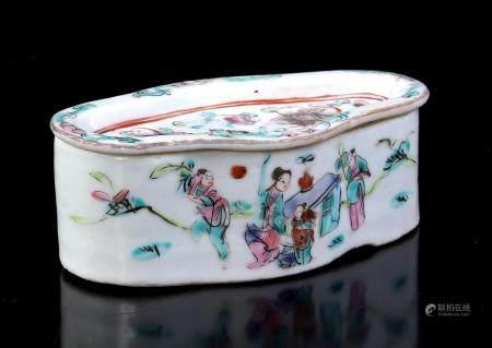 Chinese porcelain cricket box, circa 1900, 4 cm high, 11.5x7 cm