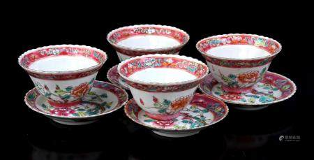4 Chinese porcelain bowls with 4 saucers with serrated rim and Famille Rose depicting birds in a f