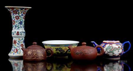 Lot of Chinese porcelain, 20th century, including vase with polychrome floral decoration 21.5 cm hig