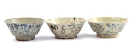 3 Swatow porcelain bowls with different decor approx. 6 cm high, 14 cm diameter (edge chips and hair