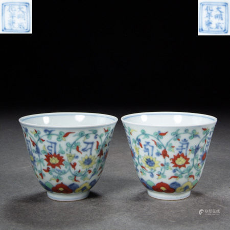 A PAIR OF CHINESE MING DYNASTY PORCELAIN DOUCAI TEA CUPS