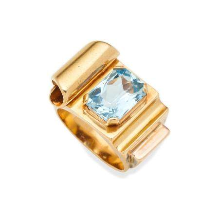 AN AQUAMARINE AND GOLD RING,