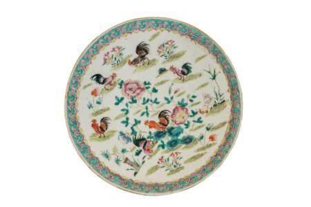 Coppia di piatti in porcellana decorati con fiori e uccelli