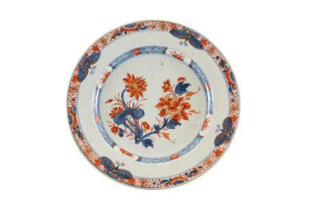 Un piatto in porcellana con decoro floreale