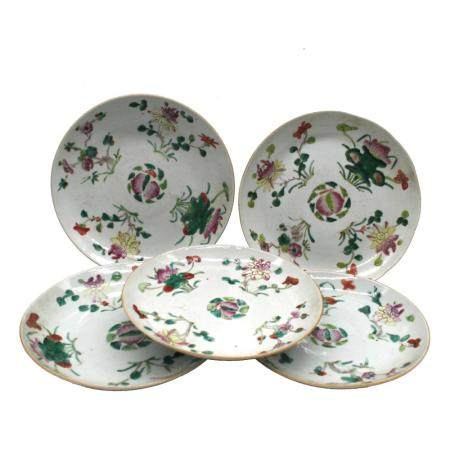 Cinque piatti in porcellana decorati con fiori e frutti