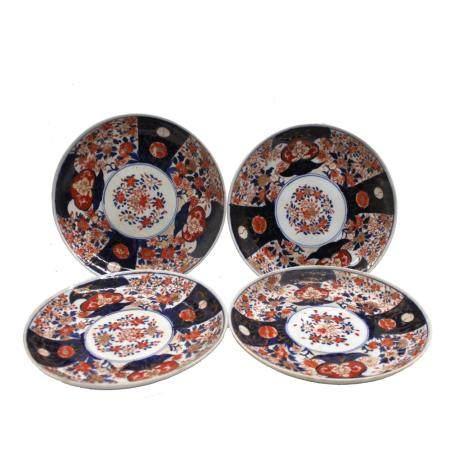 Quattro piatti in porcellana Imari con decoro floreale