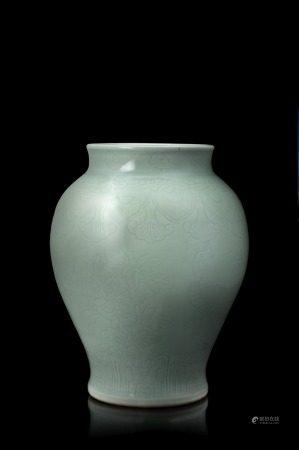 中國 二十世紀 青釉花卉紋瓶