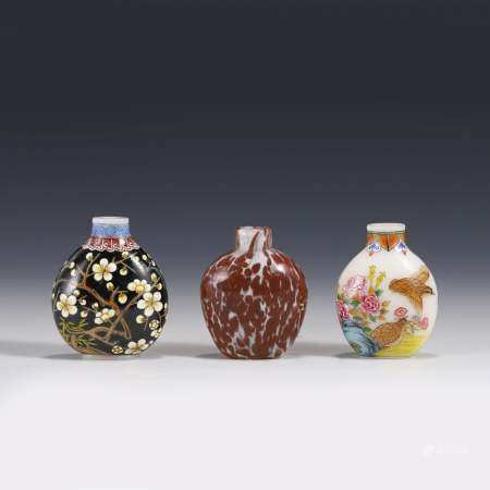 A SET OF THREE PEKING GLASS SNUFF BOTTLES