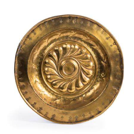 AN EARLY 16TH-CENTURY NUREMBERG ALMS DISH IN BRASS. WITH AN EMBOSSED DECOR OF FISH BLADDER MOTIFS IN