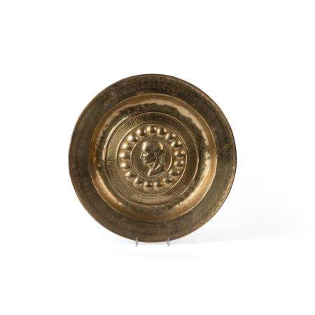 AN EARLY 16TH-CENTURY NUREMBERG ALMS DISH IN BRASS. A MEDALLION IN THE CENTRE WITH THE PORTRAIT OF C