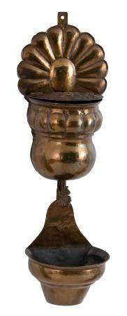 AN 18TH-CENTURY WALL FOUNTAIN IN COPPER. EMBOSSED DECORATIONS OF FOLDS ON THE BODY AND FRUITS ON TH