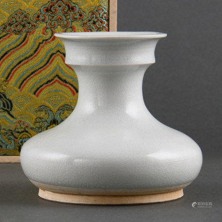 A TANG-STYLE VASE WITH CUP-SHAPED MOUTH
